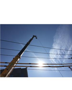 クレーンのブームと架空線のイメージ